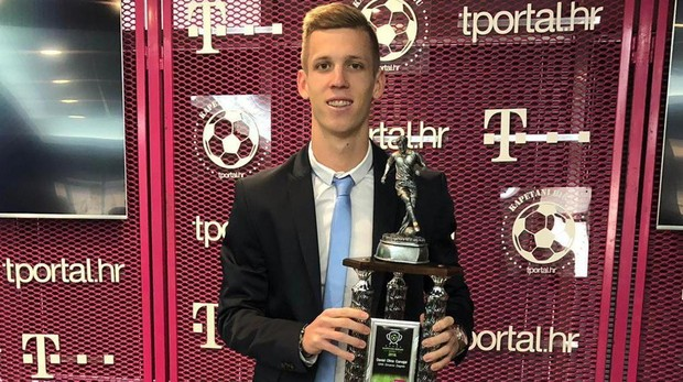 Dani Olmo posa junto con el trofeo de jugador del año de Croacia