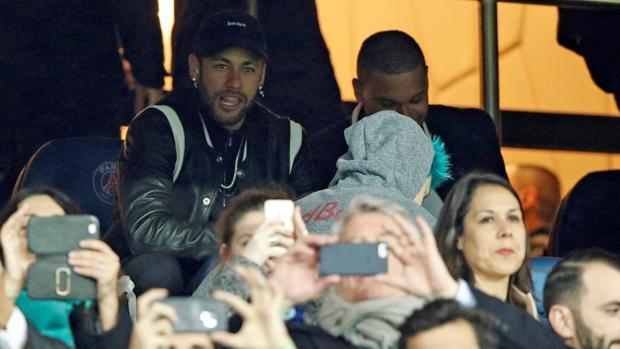 Neymar, en el palco del Parque de los Príncipes