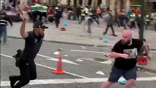 Un policía persigue a un aficionado inglés