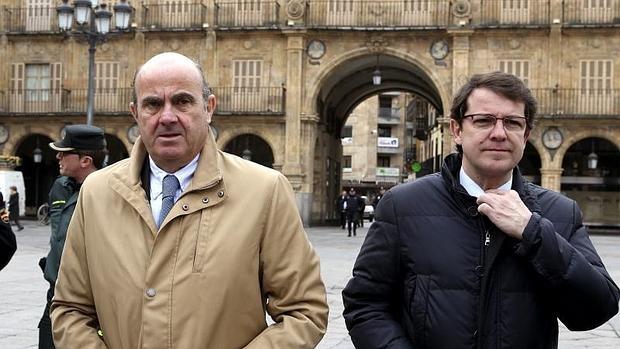 El ministro de Economía , Luis de Guindos (i), y el alcalde de Salamanca, Alfonso Fernández Mañueco (d)