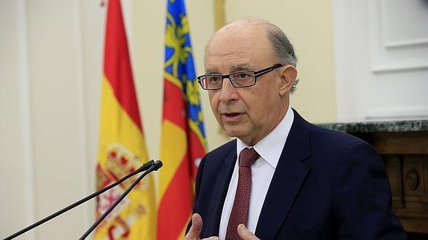 El ministro de Hacienda y Administraciones Públicas en funciones, Cristóbal Montoro, tras una reunión que ha mantenido con el presidente de la Generalitat Valenciana, Ximo Puig,