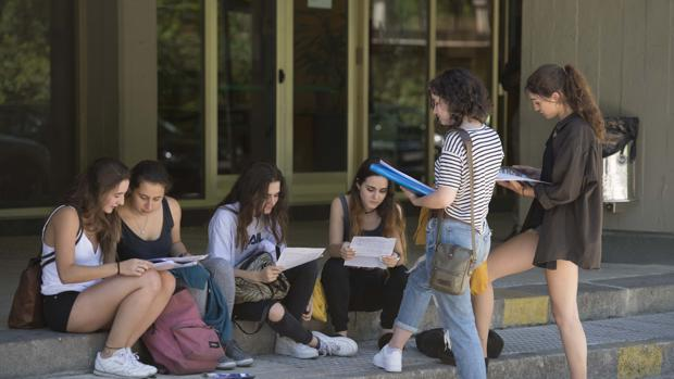 Un grupo de jóvenes estudiantes en la Universidad Complutense de Madrid