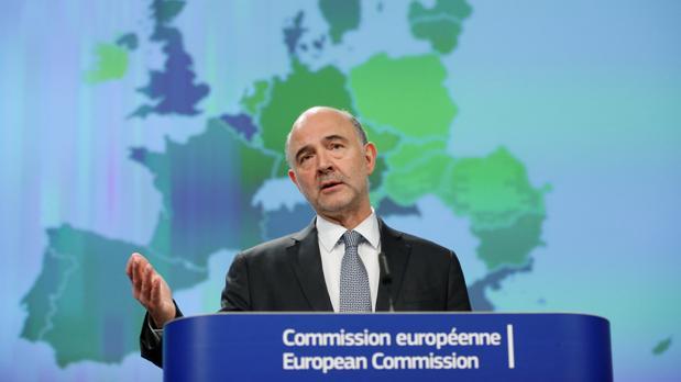 El Ejecutivo comunitario también ha revisado a la baja sus previsiones para la Eurozona y la UE, que rondarán el 2,1%