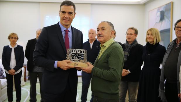 Pepe Álvarez entregó a Pedro Sánchez un recuerdo del sindicato