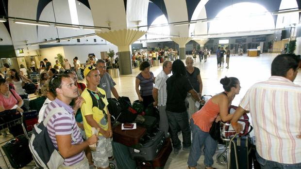 Pasajeros esperando en el aeropuerto de Sevilla