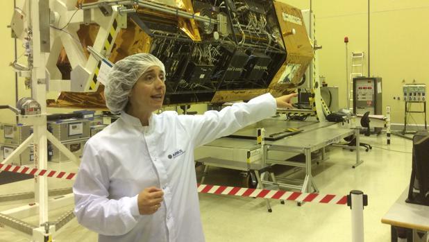 Mar Fernández, directora comercial de Space Systems de Airbus, explica las funciones del satélite PAZ