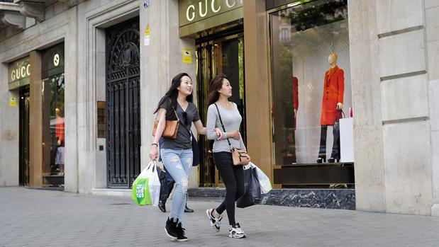 En los seis primeros meses del año, el turismo de compras ha crecido un 15%
