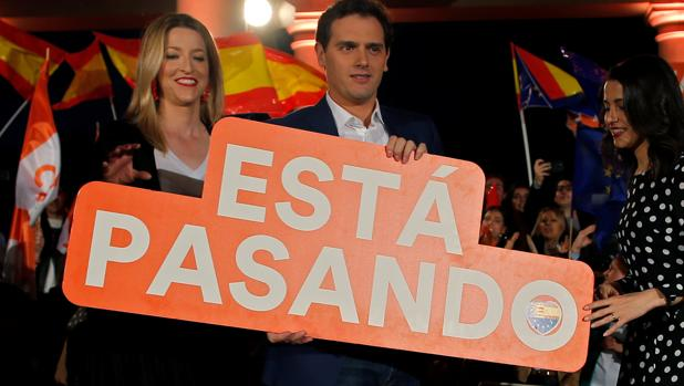 María Muñoz, Albert Rivera e Inés Arrimadas, en el cierre de campaña en Valencia