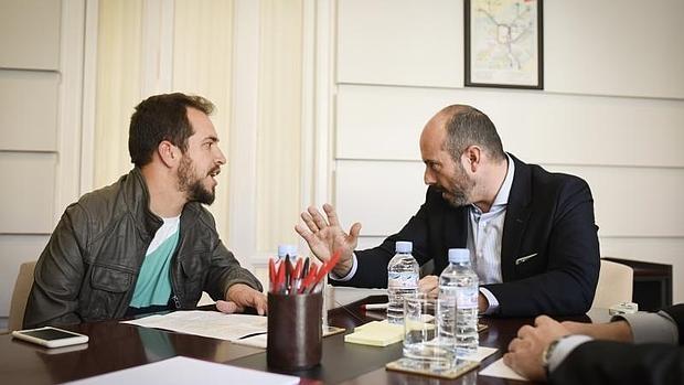 Juan Manuel Montilla, «El Langui», con el consejero de Transportes de la Comunidad de Madrid este jueves