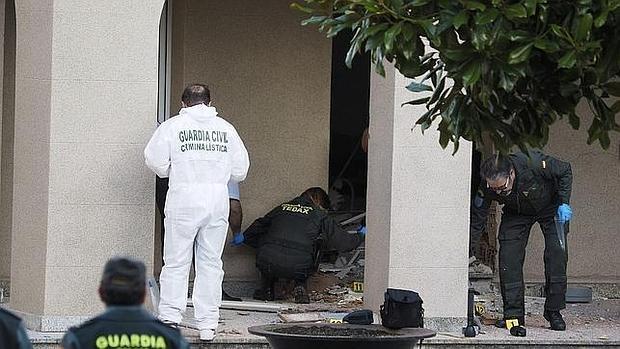 Expertos analizan los restos de la explosión en el ayuntamiento de Baralla (Lugo)