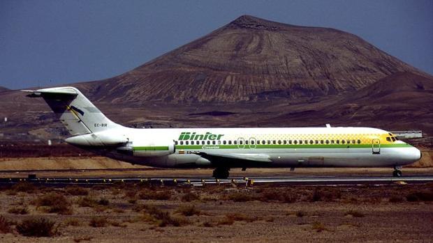 Un Douglas DC-9-32 de Binter Canarias antes de su venta por la Sepi en 1997 aterrizando en Lanzarote