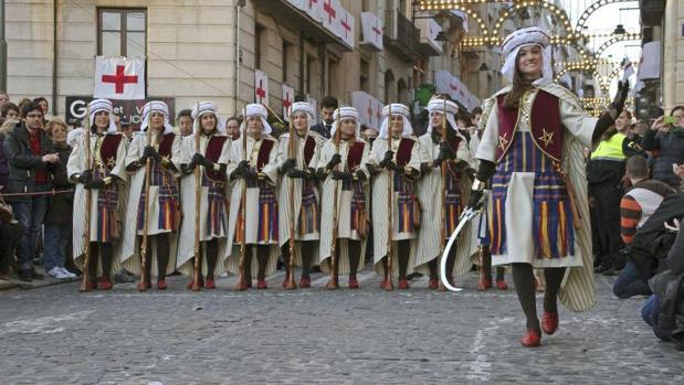 Primera escuadra femenina en la Diana de los Moros y Cristianos de Alcoy, en 2015, también de la Filà Marrakesch
