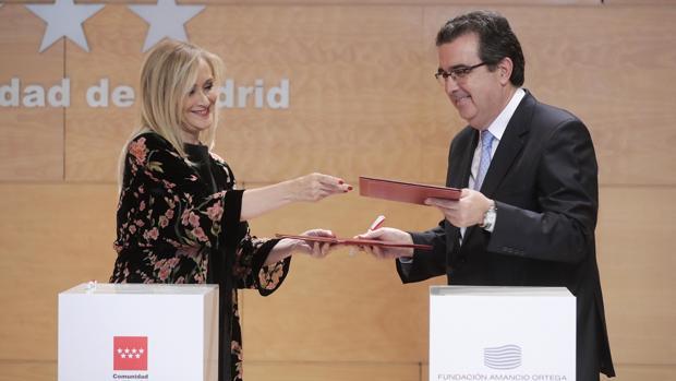 Cristina Cifuentes y el vicepresidente ejecutivo de la Fundación Amancio Ortega, José Arnau,