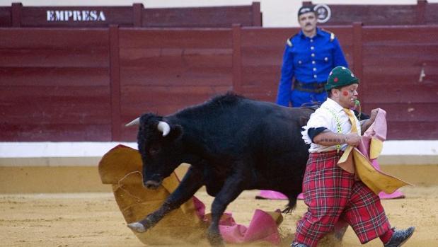 Un enanito torea a una becerra, bajo la atenta mirada de Rafael Celis, el último bombero torero