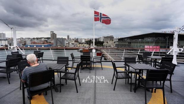 Una pasajera en la cubierta del barco durante su parada en La Coruña