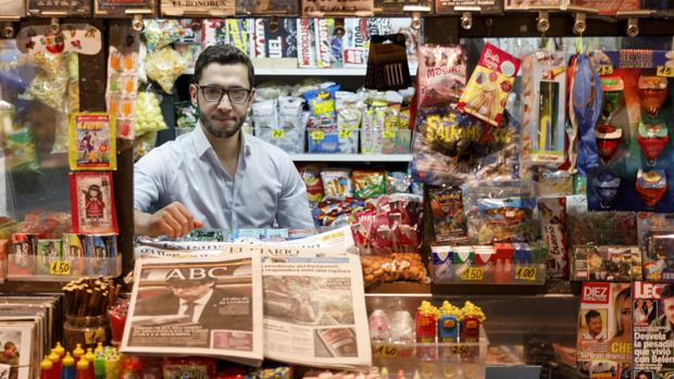 Guillermo Garabito, junto a varios periódicos, en un kiosco de Valladolid