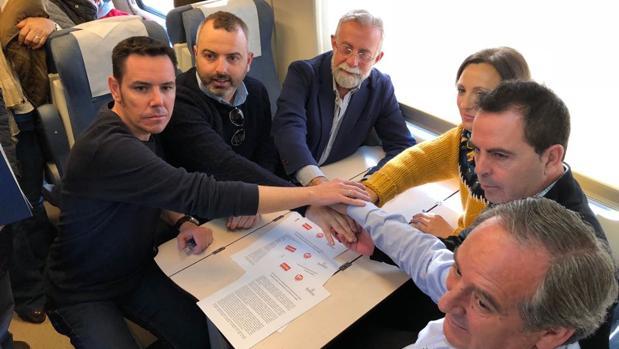 La firma del pacto dentro del tren