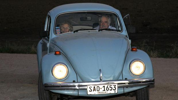 Manuela Carmena, junto al expresidente uruguayo José Mujica, en enero de 2016