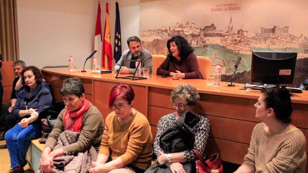 Almudena Grandes, junto a Javier Mateo (IU Toledo), habla para el numeroso público en la biblioteca