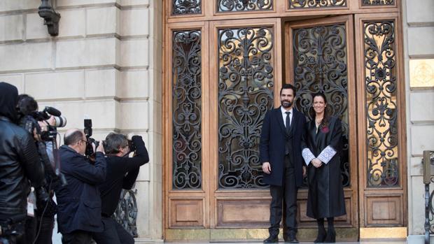 Torrent, ayer con la decana del Colegio de Abogados de Barcelona, Maria Eugenia Gay, a su llegada al acto