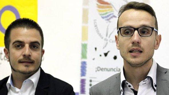 El director general de Juventud del Gobierno de Canarias, Sergio Eiroa Santana, y el presidente de la Asociación LGBTI Algarabía, Charlie Marrero (d.)