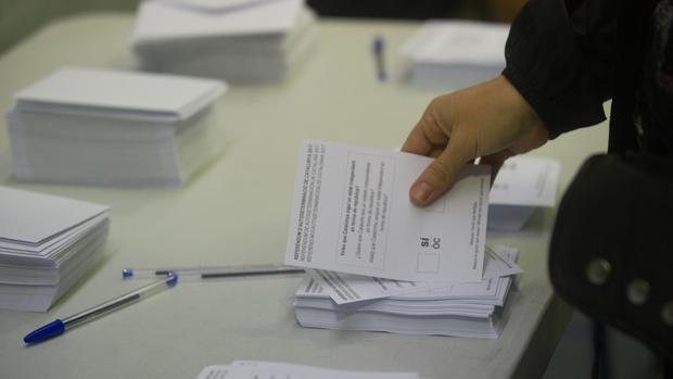 Papeletas para las votaciones del referéndum del 1 de octubre en un colegio de Barcelona