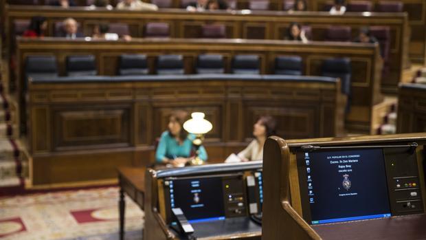 Varias butacas permanecen vacías durante el primer Pleno del Congreso con gobierno socialista