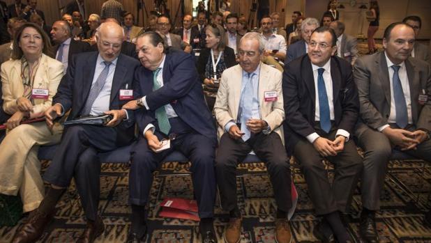Federico Félix (centro), Vicente Boluda y Juan Roig (conversando) y otros empresarios en la reunión de este miércoles en Valencia por el Corredor Mediterráneo