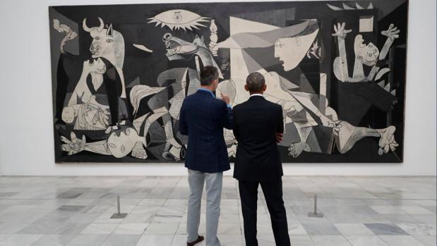 El Rey explica a Barack Obama el Guernica, de Picasso, durante la visita al Museo Reina Sofía