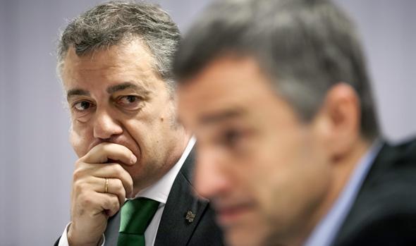 El lendakari, Iñigo Urkullu (i), y el secretario general para la Paz y Convivencia de su Gobierno, Jonan Fernández
