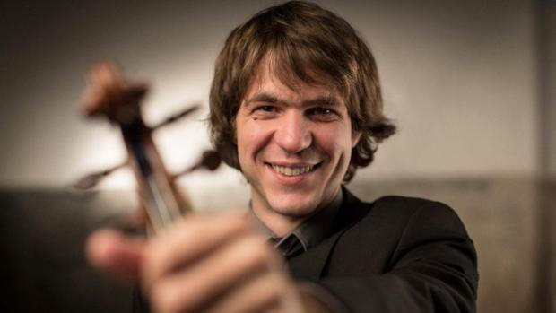 Dani Cubero, propietario del violín, en una imagen promocional