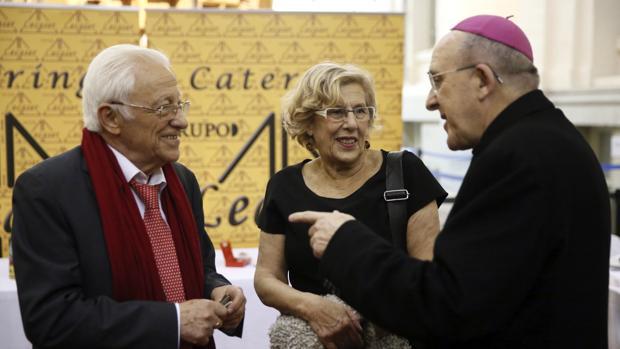 El padre Ángel (izquierda) junto a la alcaldesa de Madrid, Manuela Carmena