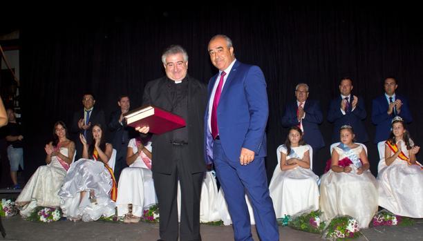 El alcalde Jesús Hijosa junto al pregonero, el sacerdote Andrés Francisco Peña