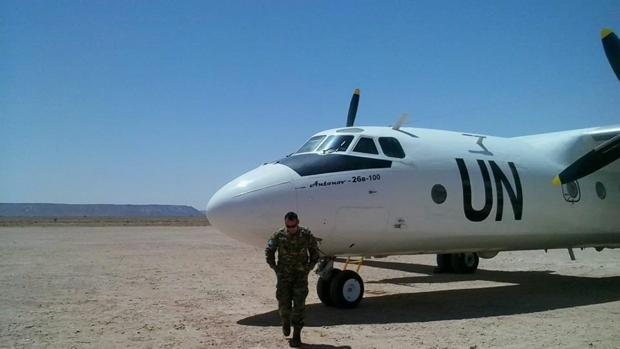 Un soldado argentino de la Minurso ante un aparato Antonov de la ONU en el Sáhara