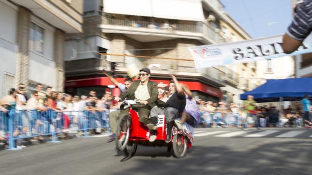 Uno de los participantes en los «autos locos» de Petrer en una edición pasada