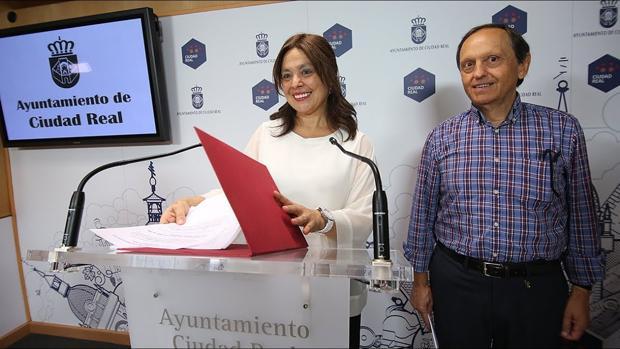 Pilar Zamora, junto al concejal de Economía y Hacienda, Nicolás Clavero