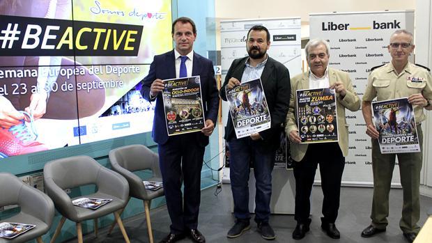 Las autoridades que han acudido a la presentación sujetando los carteles promocionales de las actividades