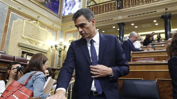 El presidente del Gobierno, Pedro Sánchez, antes de comenzar la sesión de control al Gobierno en el Congreso