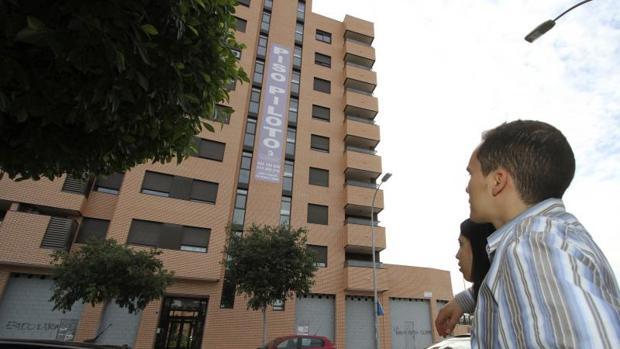 Una pareja observa pisos en venta en Alicante
