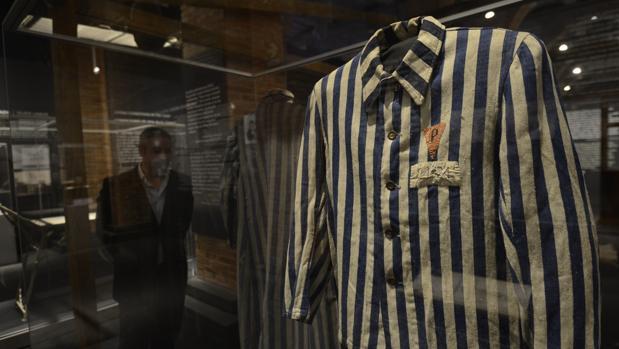 Un traje de un prisionero del campo de concentración, expuesto en «Auschwitz, no hace mucho. No muy lejos»