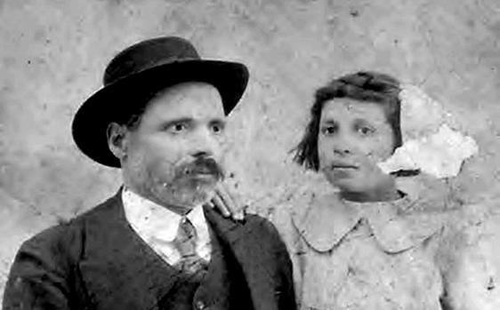 Manuel Rodríguez junto a su hija, impulsor de la escuela evangelista de Camuñas