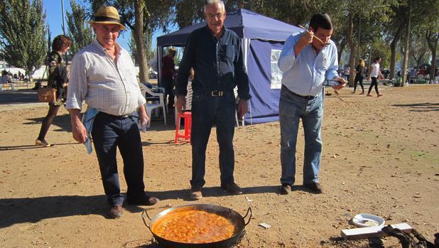 Tres villacañeros preparan el guiso popular de «mojetes»