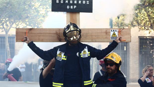 Bomberos aragoneses durante una manfestación de protesta