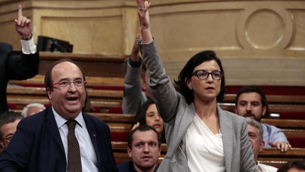 Granados, junto a Iceta, en el Parlament de Cataluña