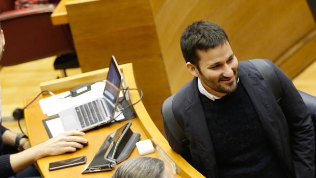 El conseller de Educación, Vicent Marzà, en las Cortes Valencianas
