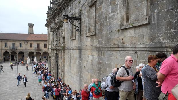 Turistas haciendo cola en los exteriores de la Catedral compostelana