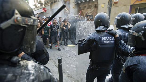 Agentes de los Mossos en una manifestación de la izquierda independentista