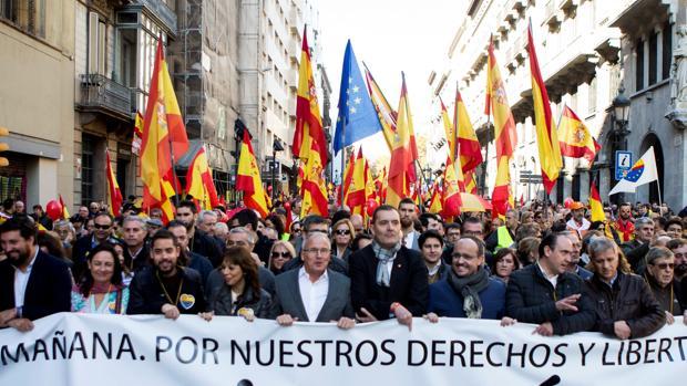 La manifestación convocada por la entidad Espanya i Catalans para conmemorar el 40 aniversario de la Constitución