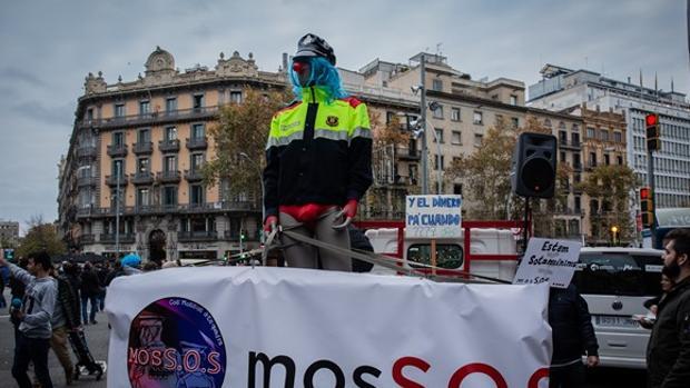Los Mossos cortaron la Gran Via de Barcelona este miércoles en protesta por el recorte de pagas