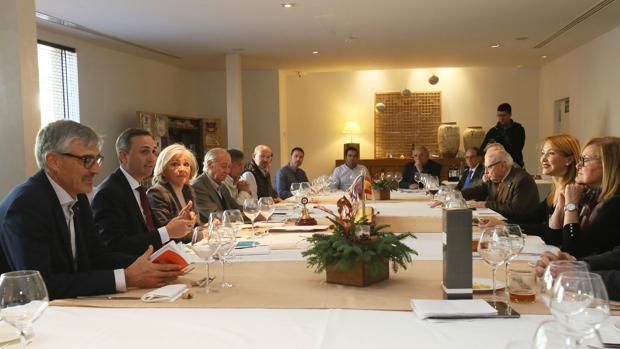 César Sánchez (segundo por la izquierda), durante su encuentro con representantes del Club Rotary de Elche